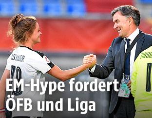 Handshake zwischen ÖFB-Spielerin Verena Aschauer und ÖFB-Sportdirektor Willi Ruttensteiner