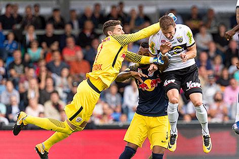 Jan Zwischenbrugger (Cashpoint SCR Altach) gegen Tormann Cican Stankovic (Red Bull Salzburg