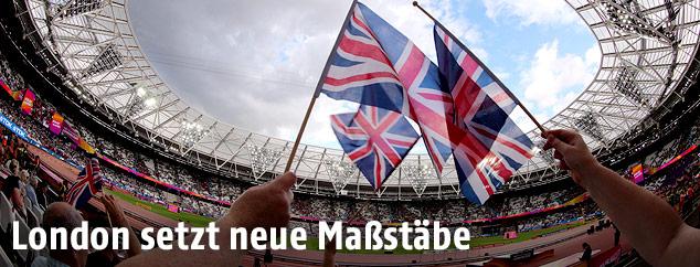 Fans mit Fahnen im Olympiastadion in London