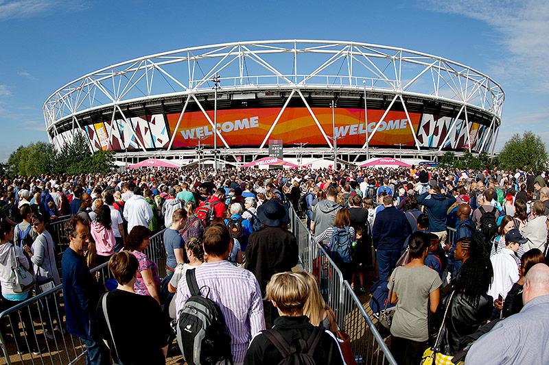 Fans stellen sich vor dem Olympiastadion in London an