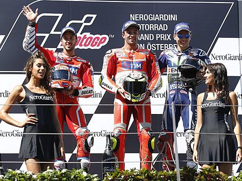Andrea Dovizioso (Italien/Ducati Team), Andrea Iannone (Italien/Ducati Team) und  Jorge Lorenzo (Spanien/Movistar Yamaha MotoGP) bei der Siegerehrung am Red Bull Ring in Spielberg