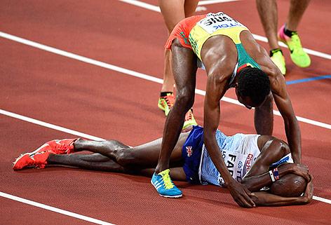 Leichtathlet Mohamed Farah liegt weinend am Boden