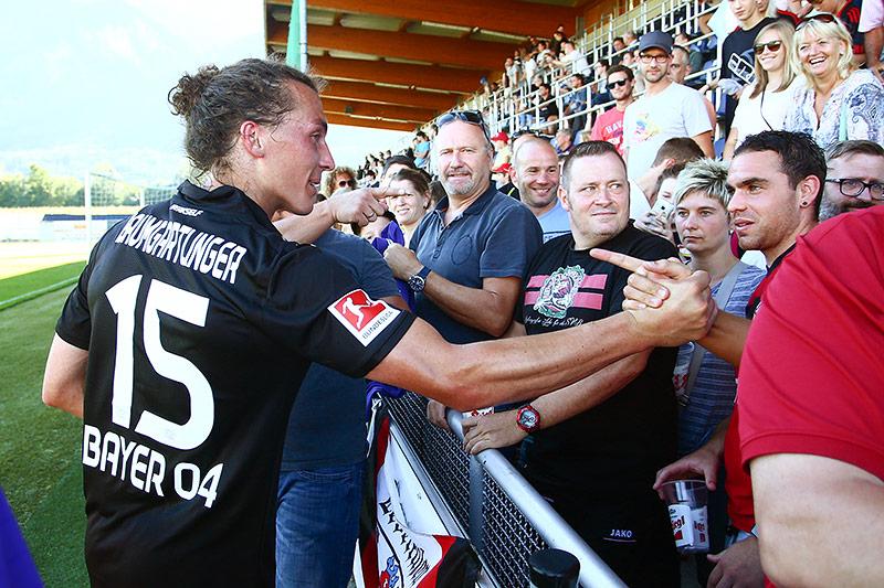 Julian Baumgartlinger mit Leverkusen-Fans