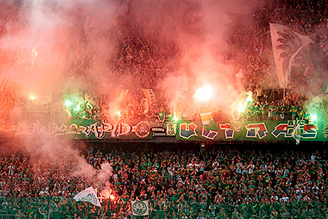 Rapid Fans mit bengalischen Fackeln