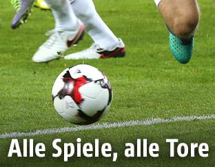 Beine und ein Fußball