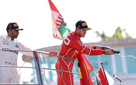 Sebastian Vettel (Ferrari) und Lewis Hamilton (Mercedes) während der Siegerehrung