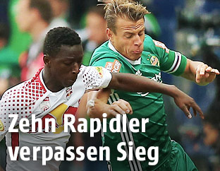 Diadie Samassekou (Salzburg) gegen Stefan Schwab (Rapid)