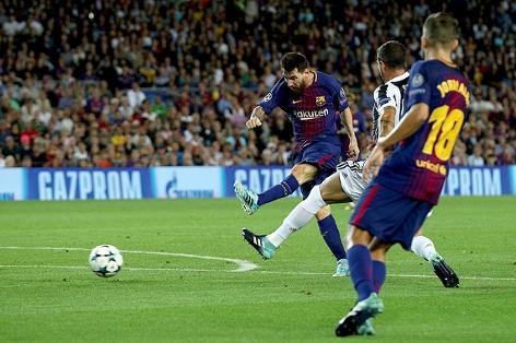 Lionel Messi (Barcelona) schießt ein Tor gegen Juventus