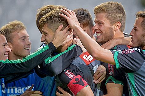Florian Jamnig (Innsbruck) jubelt mit Mannschaftskollegen