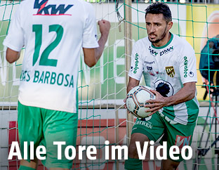 Ronivaldo (Lustenau) holt den Ball nach einem Treffer aus dem Tor
