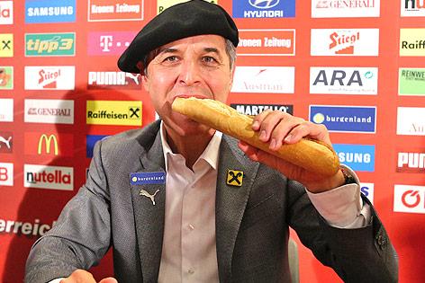 ÖFB-Teamchef Marcel Koller beißt in ein Baguette