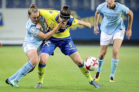 Georgia Stanway (Manchester City), Gina Babicky (St.Poelten) und Louise Jill Scott (Manchester City)