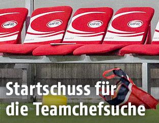 Leere Betreuerbank im Ernst-Happel-Stadion