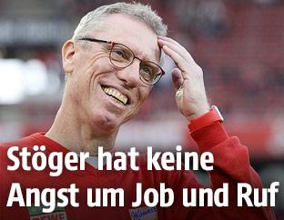 Lachender Trainer Peter Stöger (Köln)