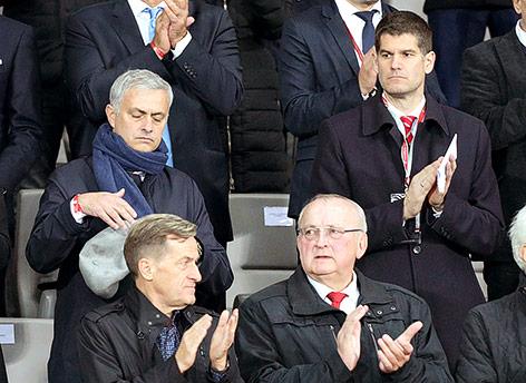 Trainer Jose Mourinho (Manchester) und Bernhard Neuhold, Geschäftsführer der ÖFB Wirtschaftsbetriebe GmbH