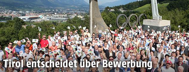 Gruppenfoto der Funktionäre und Botschafter für Tirols Olympiabewerbung