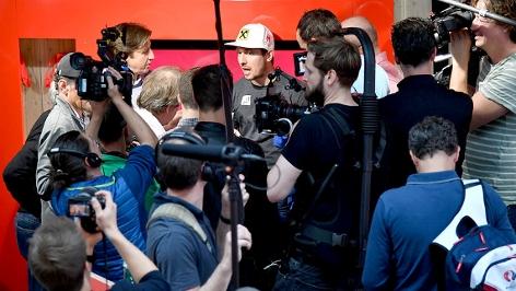 Marcel Hirscher umringt von Journalisten