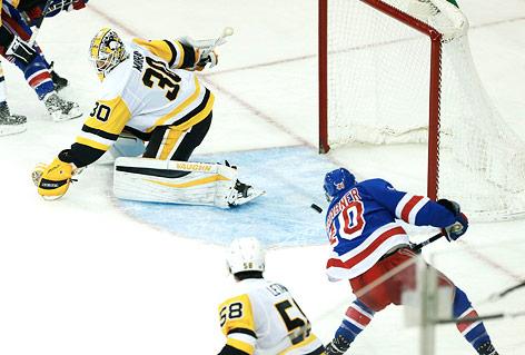 Michael Grabner (New York Rangers) gegen Goalie Matt Murray (Pittsburgh Penguins)