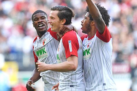 Michael Gregoritsch (Augsburg) jubelt mit seinen Teamkollegen
