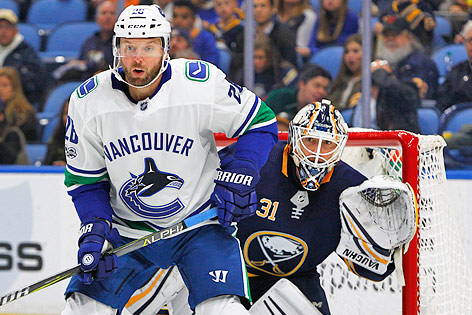 Thomas Vanek (Vancouver Canucks) und Tormann Chad Johnson (Buffalo Sabres)