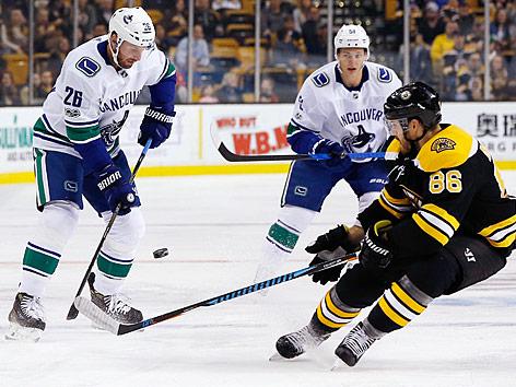 Boston Bruins' Kevan Miller (86) und Vancouver Canucks' Thomas Vanek (26)