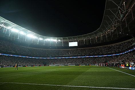 Blick in das dunkle Besiktas-Stadion