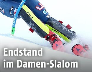 Skirennfahrerin und Slalomstange