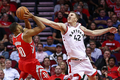 Eric Gordon (Houston Rockets) und Jakob Poeltl (Toronto Raptors)