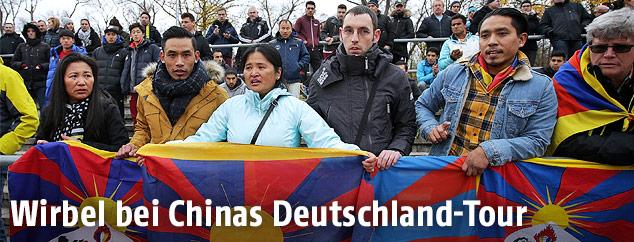 Tibet-Aktivisten beim Match TSV Schott Mainz gegen Chinas U20-Team