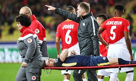 Marcel Sabitzer (Leipzig) wird verletzt auf einer Trage vom Spielfeld getragen