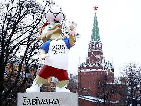 WM-Maskottchen vor dem Kreml