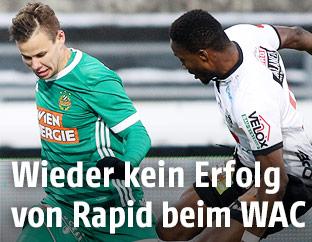 Louis Schaub (Rapid) und Issiaka Ouedraogo (WAC)