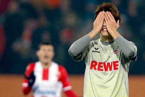 Yuya Osako (Köln) schlägt die Hände vors Gesicht