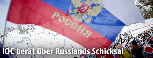 Russland Flagge vor einer Skipiste