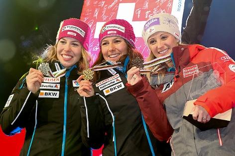 Michelle Gisin, Wendy Holdener (SUI) und Michaela Kirchgasser (AUT) mit Medaillen