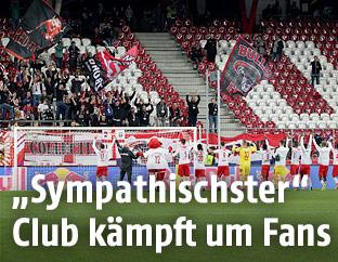 Salzburg-Spieler jubeln vor Fantribüne