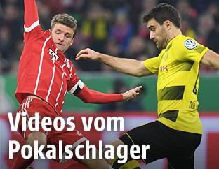 Thomas Mueller (Bayern) und Sokratis (Dortmund)