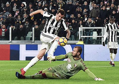 Mario Mandzukic (Juventus) bezwingt Torhüter Vanja Milinkovic-Savic (Torino)