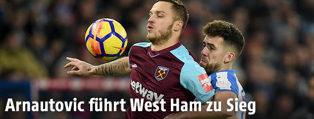 Marko Arnautovic (West Ham) und Tommy Smith (Huddersfield Town)