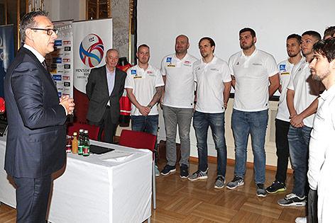 Heinz Christian Strache mit den Teammitgliedern