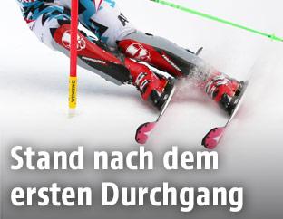 Skifahrerbeine mit Slalomstange
