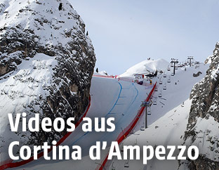 Skifahrerin auf der Abfahrt in Cortina