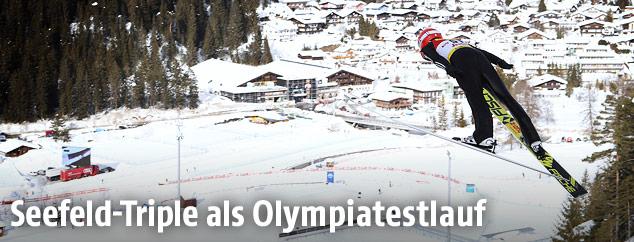 Rückenansicht eines Skispringers im Sprung