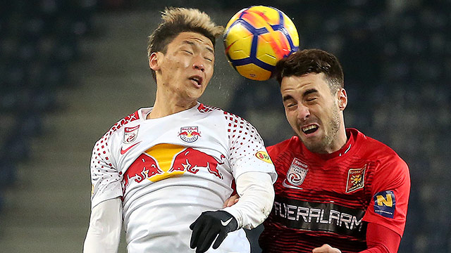 Hee Chan Hwang (Red Bull Salzburg) und Fabio Strauss (Admira)