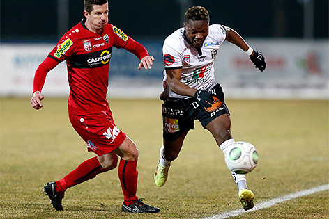 Andreas Lienhart (Altach) und Issiaka Ouedraogo (WAC)