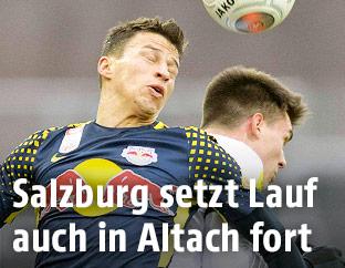 Stefan Lainer (Salzburg) gegen Mathias Honsak (Altach)