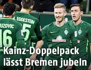 Florian Kainz (Bremen) jubelt mit seinen Mitspielern