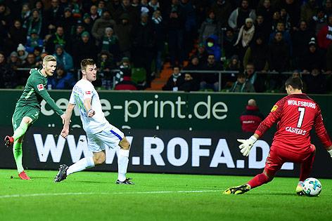 Florian Kainz (Bremen) erzielt ein Tor