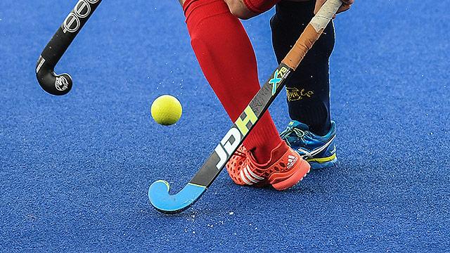 Beine und Hockeyschläger
