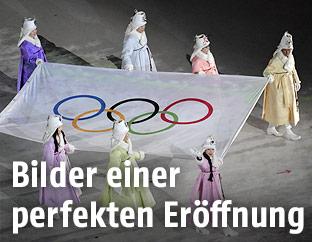 Die Olympische Flagge wird getragen
